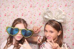 Imagen niñas con Attrezzo en una Kids Party con fotomatón de Flash Flash Box