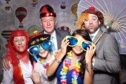 Imagen de personas en una fiesta en un locomatóm temático de Flash Flash Box