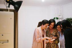 Imagen chicas en un fotomatón de Flash Flash Box en un atelier wedding